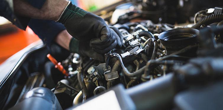 Mécanicien de service de voiture travaillant sur l'automobile