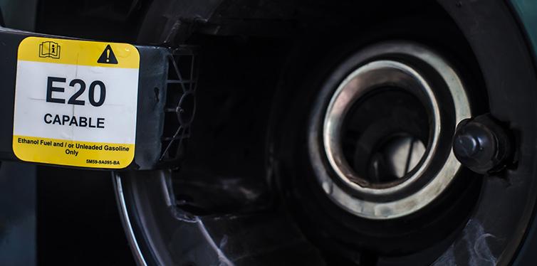 Ouvrir le bouchon du réservoir de carburant de la voiture