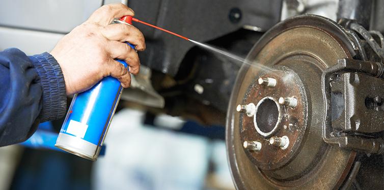 Mecánico de automóviles en trabajos de reparación de suspensión de automóviles