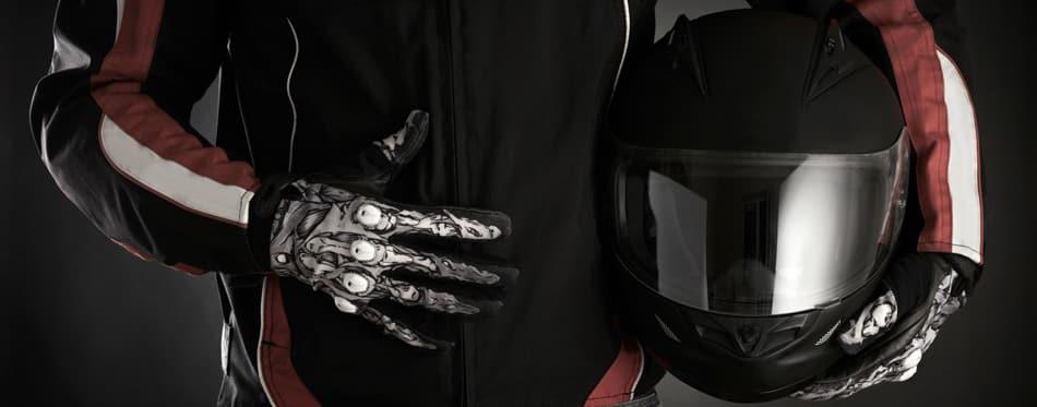 hombre sosteniendo un casco