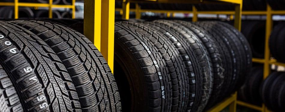Neumáticos en una tienda de neumáticos