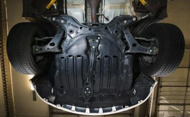 Parte inferior de un automóvil en un ascensor