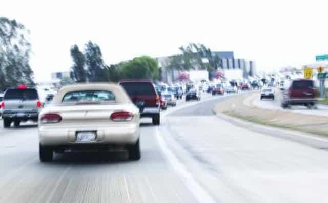 Vista trasera del coche alejándose