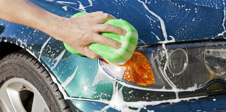 coche limpio con huevos