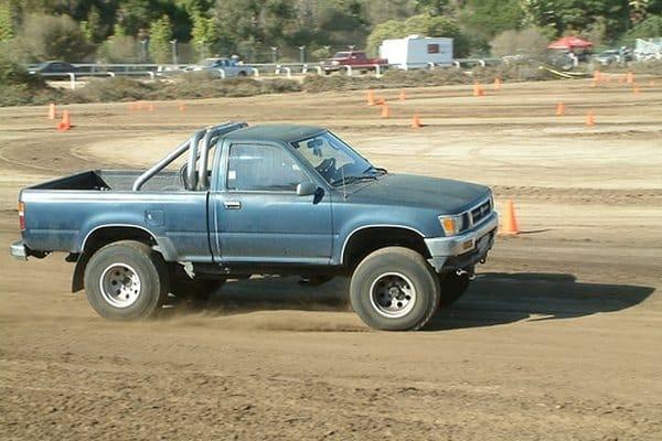 Cómo reemplazar el cable del freno de mano en un camión Toyota