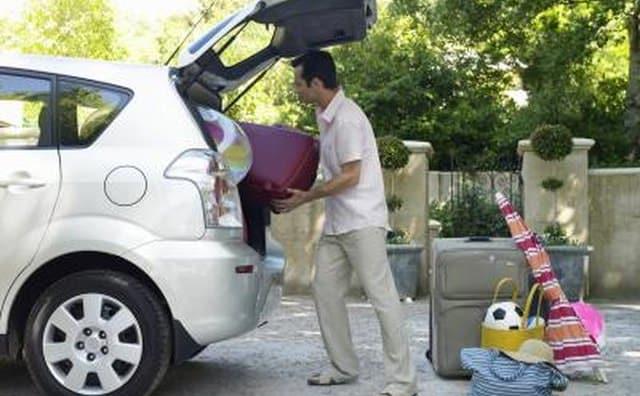 Hombre carga coche