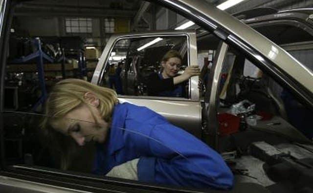 Les travailleurs assemblent la voiture KIA