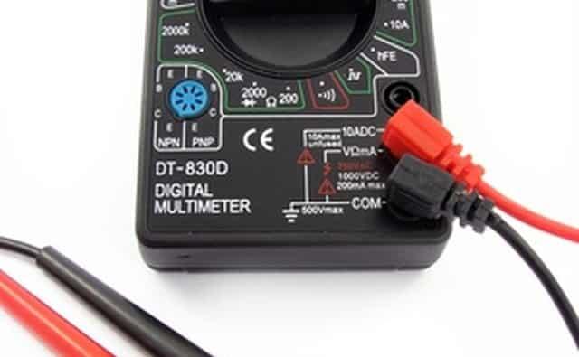 Utilice un voltímetro digital para medir la resolución de problemas en el sistema eléctrico.