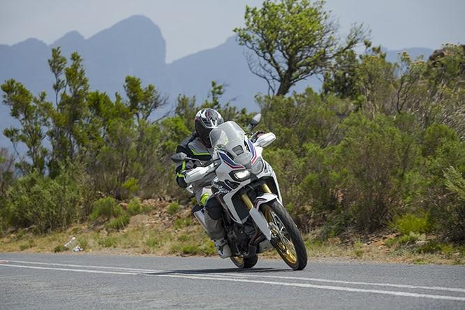 CARRETERA, TODOTERRENO, CIUDAD O CAMPO.  LA AFRICA TWIN ES UNA GRAN MOTOCICLETA.  ¿ESCAPAR?  ESTÁ AHÍ EN ESTA IMAGEN.