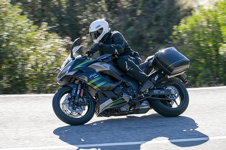 La motocicleta deportiva de calle de Kawasaki hereda el título ninja, presenta una pantalla TFT, control de tracción mejorado, ABS y comodidad.
