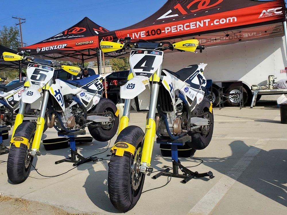 Motos de carreras Husqvarna FS 450 en el paddock