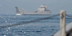 200714 N FO574 1025 La Marina de los EE. UU. Escolta a los buques de logística del ejército de la quinta flota