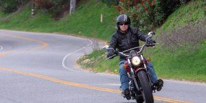 2020 INDIAN SCOUT 100TH ANNIVERSARY REVIEW CRUISER RETRO MOTORCYCLE 4 NO HAY NADA COMO EL ESTILO CLÁSICO DE UNA CHAQUETA DE MOTOCICLETA, ESPECIALMENTE CUANDO TAMBIÉN ES FUNCIONAL Y CÓMODA.  LA CHAQUETA DE CUERO JOE ROCKET SPRINT TT ES UN AUTÉNTICO RETROCESO QUE SE VE BIEN EN UNA AMPLIA VARIEDAD DE MOTOCICLETAS, DESDE CRUISERS HASTA MOTOCICLETAS DEPORTIVAS Y PLATAFORMAS DE TURISMO.