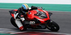 235 CV, 152,2 KG (con kit de carrera) y una enorme carga aerodinámica de las alas biplano, tomamos la increíble Ducati Superleggera V4 para unas vueltas calientes de Mugello.
