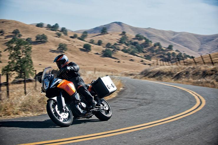 Tomando el relevo de la 990 Adventure, KTM lanzó la 1190 Adventure en 2013 como una nueva máquina que tenía como objetivo ofrecer una gran capacidad dentro y fuera de la carretera en un paquete que no contenía compromisos.