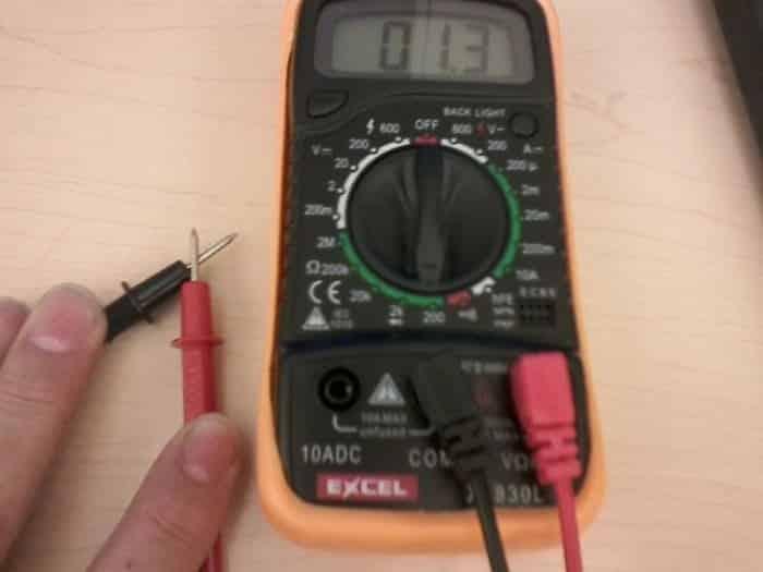 Réglez votre multimètre numérique sur ohms pour mesurer et tester le fil chaud MAF.