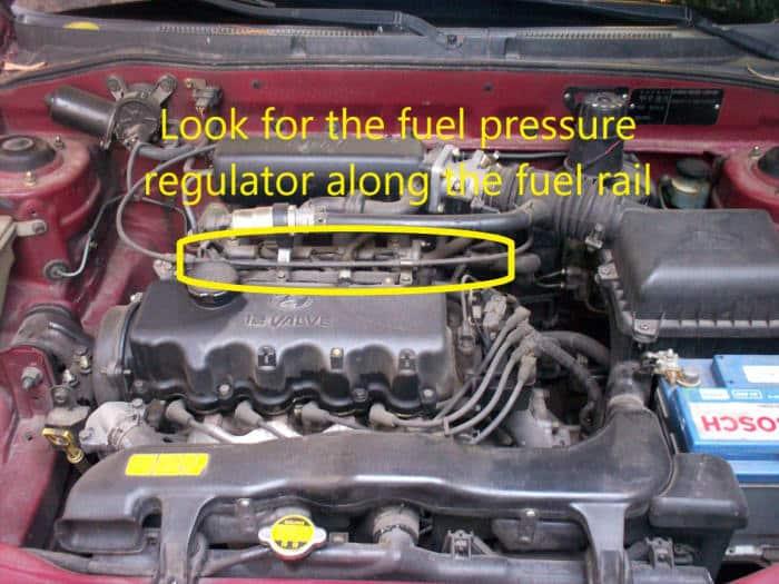 Busque el regulador de presión de combustible en el riel de combustible, cerca de los inyectores de combustible.