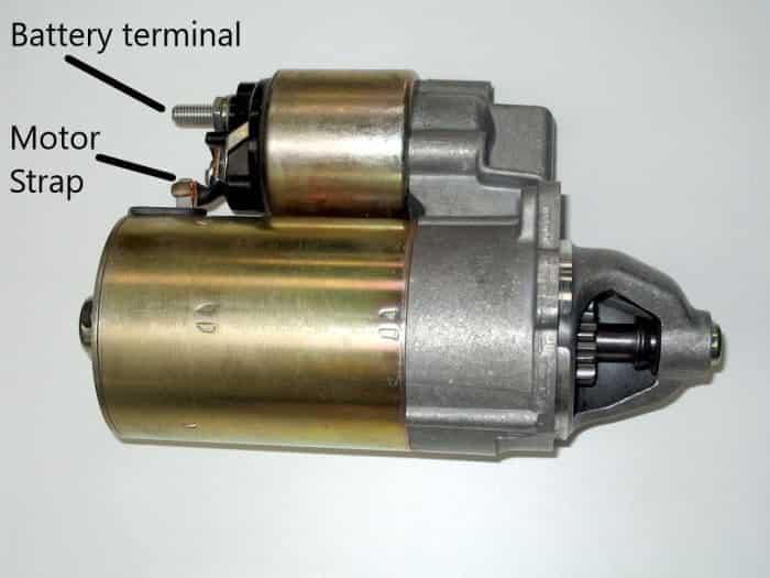 Un conjunto de motor de arranque y solenoide de encendido.