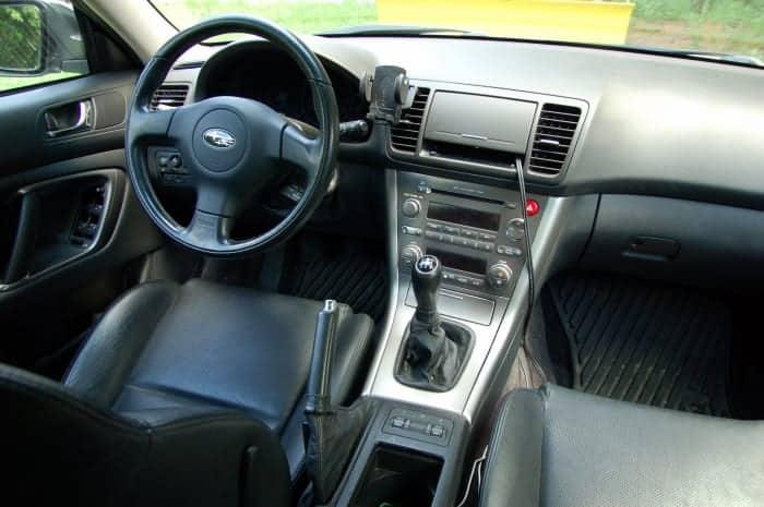 Un coche limpio da una buena impresión: ¡sacuda las alfombrillas y aspire el asiento trasero!