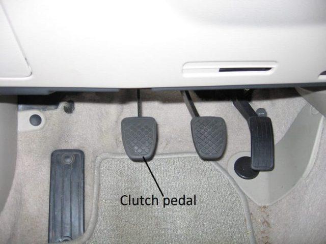 El juego libre incorrecto del pedal del embrague es la causa más común de arrastre del embrague.