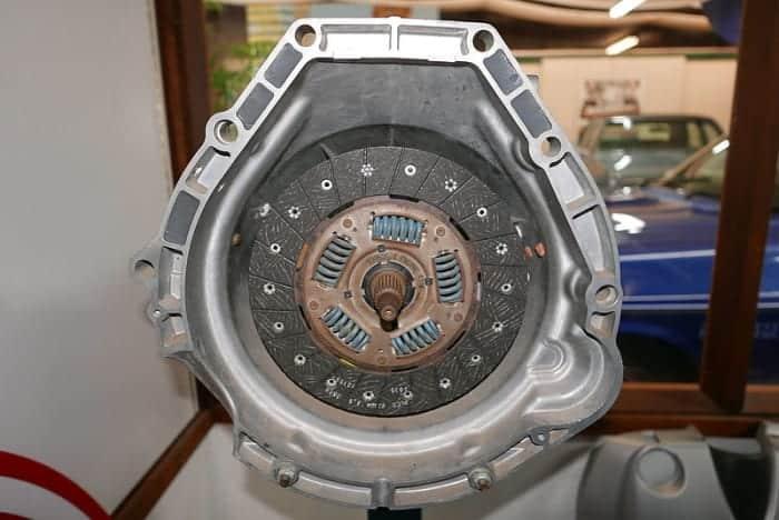 Los ruidos del conjunto del embrague pueden confundirse con los ruidos de la transmisión.