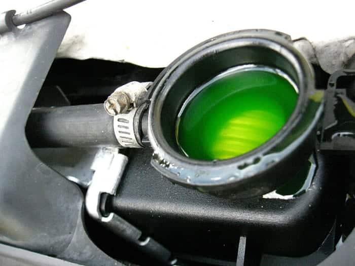 El refrigerante gastado o contaminado hará que el motor se sobrecaliente.