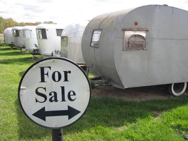 Vehículos recreativos antiguos a la venta.