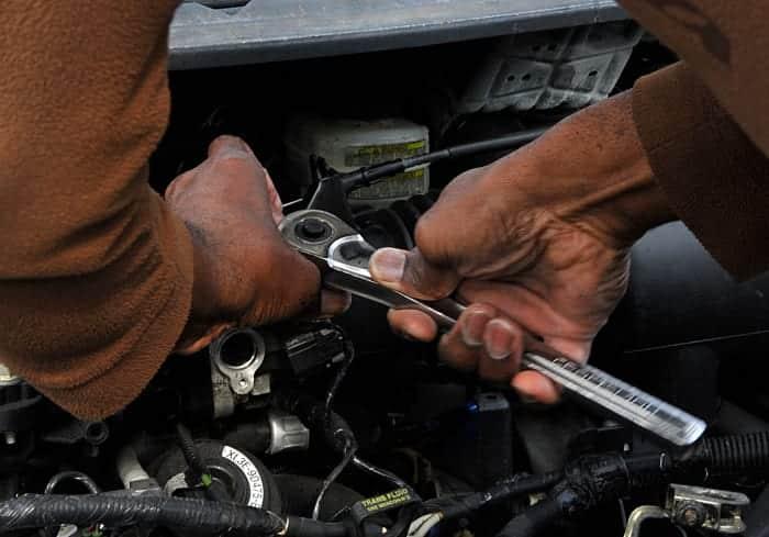 Cuando reemplace el motor IAC, use el número de pieza o la marca, modelo y tamaño del motor de su vehículo para obtener el reemplazo correcto.