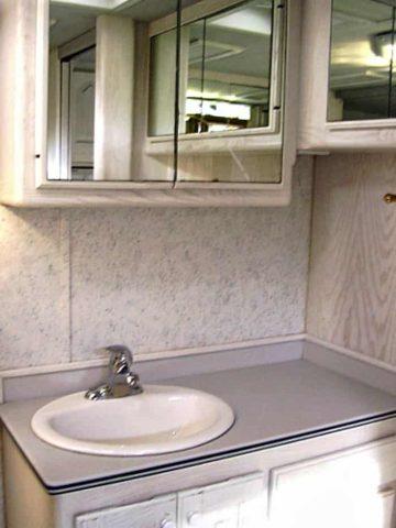Desinfecte todas las áreas de los baños para mantenerlos limpios y proteger su salud.