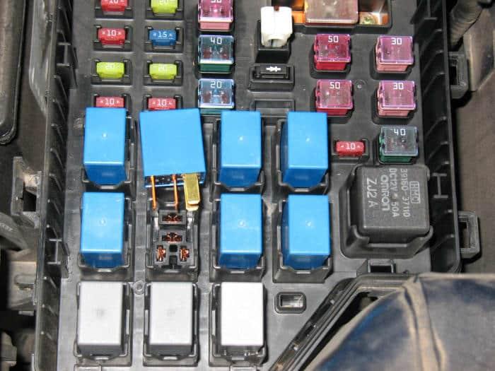 El relé del ventilador del condensador se retiró temporalmente para desconectar la alimentación del ventilador.