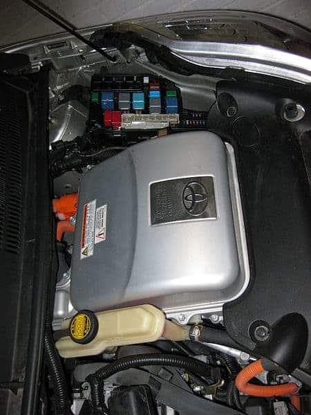 Ubique la caja de fusibles o el centro de distribución de energía en su automóvil y verifique el fusible o disyuntor del circuito que desea probar.