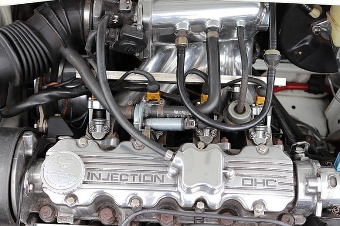 El combustible puede hervir si las líneas están demasiado cerca de los componentes calientes del motor.