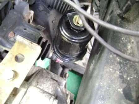 Nuevo filtro de combustible Camry atornillado en la conexión de la línea de combustible inferior
