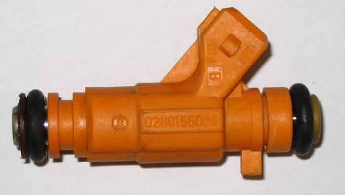 Un inyector de arranque en frío defectuoso provocará un ralentí brusco en un motor frío.