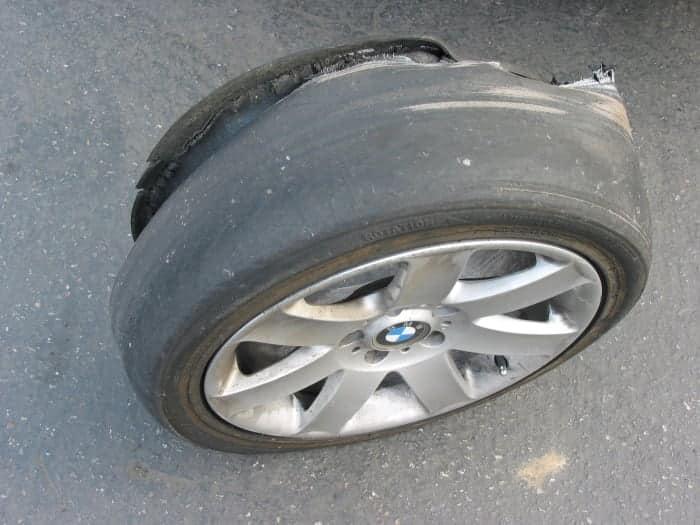 Un neumático calvo que estalló
