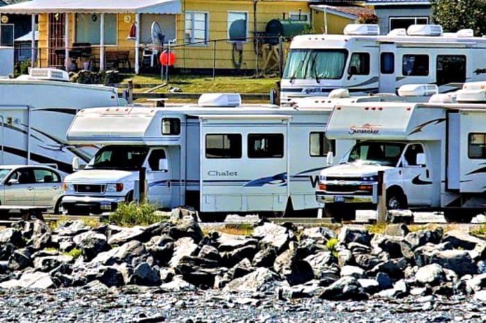 El hacinamiento en los campamentos impide que las personas compren vehículos recreativos.