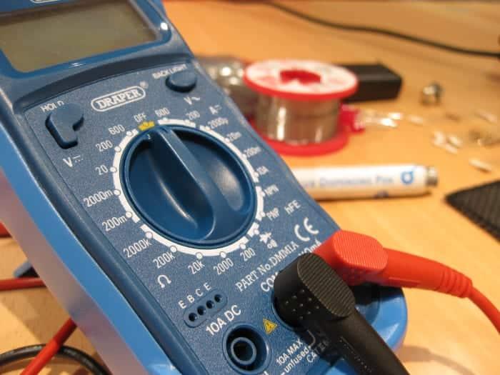 Utilisez un multimètre pour tester les chutes de tension.