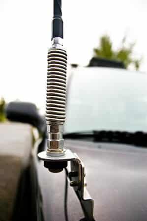 Cerca de un resorte en una antena CB.  Foto cortesía de Andrew en rightchannelradios.com.
