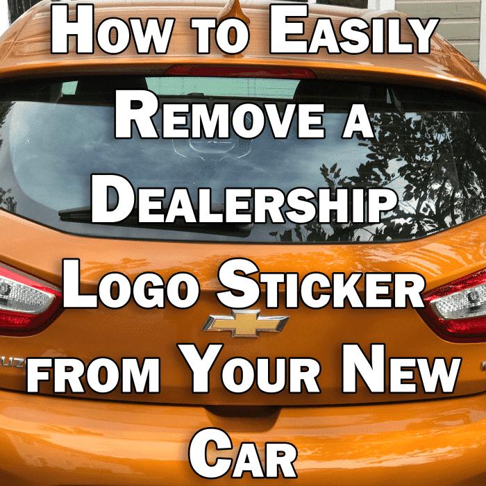 Cómo quitar fácilmente una calcomanía con el logotipo de un concesionario de su automóvil nuevo