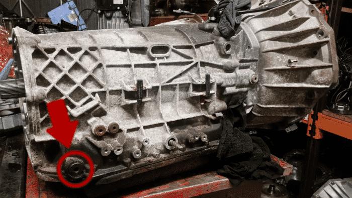 Llenar una transmisión automática que no tiene varilla de nivel puede ser un asunto complicado si no tiene el equipo adecuado.