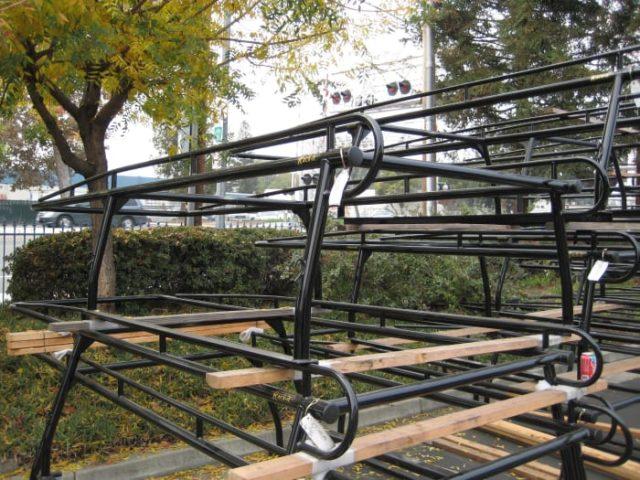 Esta es una pila de estantes para madera estándar de la marca Rack-it.  Son racks soldados de una pieza con barra trasera extraíble.