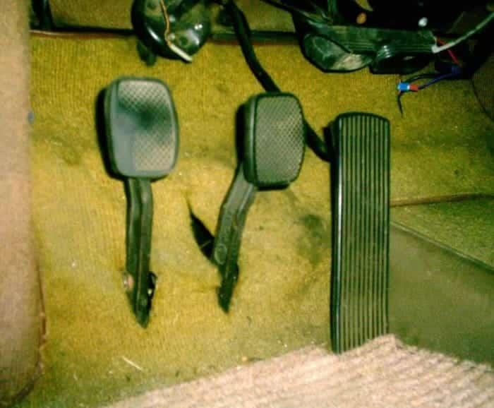 Su pedal de embrague puede ayudar a diagnosticar los ruidos de la transmisión.