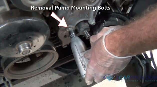 Retire los tornillos de montaje de la bomba