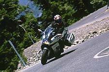 En los tramos más sinuosos de la carretera, la Futura pudo seguir el ritmo de la Ducati, más ligera y ágil, gracias a su capacidad para sentirse más plantado en la mitad de la curva.