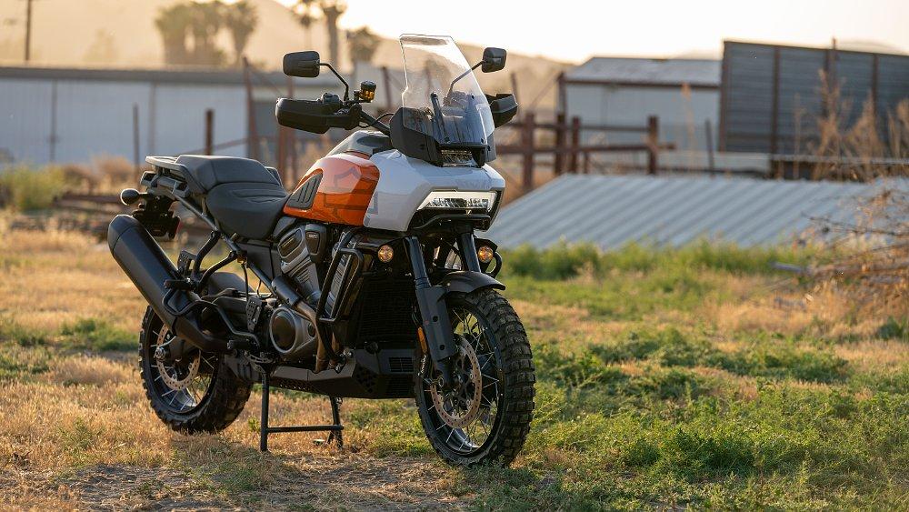 Harley-Davidson 2021 Pan America adventure motocicleta estacionada en un lote industrial