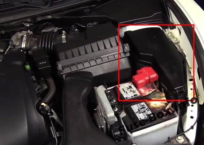 Ubicación de los fusibles en el compartimento del motor: Nissan Teana (2009-2014)