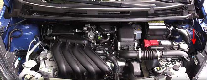 L'emplacement des fusibles dans le compartiment moteur : Nissan Versa Note / Note (2013-2018)