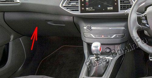La posición de los fusibles en el habitáculo (RHD): Peugeot 308 (2014-2018- ..)