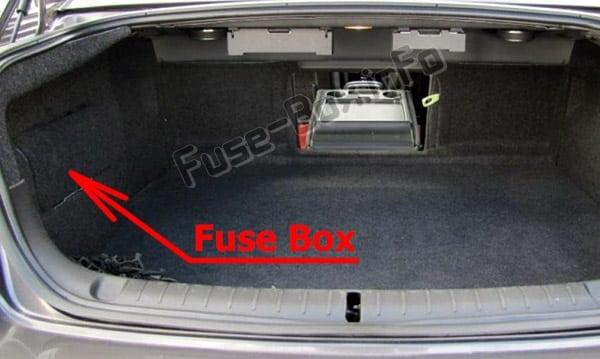 Ubicación de los fusibles en el maletero: Pontiac G8 (2008-2009)