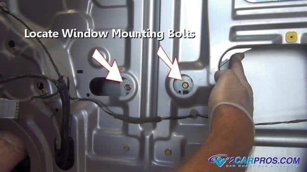 Encuentre los tornillos de montaje de la ventana 432